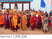 Купить «Буддистские монахи совершают ритуальные действия на празднике Майтреия», эксклюзивное фото № 1376234, снято 25 июля 2009 г. (c) Анна Зеленская / Фотобанк Лори