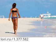 Купить «Девушка прогуливающаяся по берегу Атлантического океана», фото № 1377582, снято 9 декабря 2009 г. (c) Мария Смирнова / Фотобанк Лори