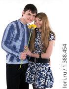 Влюблённая пара с большим цветком. Стоковое фото, фотограф Дмитрий Смиренко / Фотобанк Лори