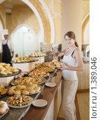 Девушка выбирает выпечку в столовой отеля. Стоковое фото, фотограф Яков Филимонов / Фотобанк Лори