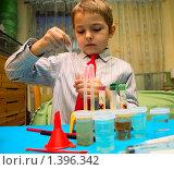 Купить «Маленький химик», фото № 1396342, снято 20 декабря 2009 г. (c) hunta / Фотобанк Лори