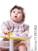 Купить «Маленькая девочка в стульчике смотрит вверх», фото № 1397662, снято 20 января 2010 г. (c) Иванова Виктория / Фотобанк Лори