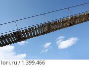 Купить «Деревянный подвесной мост на фоне синего неба», фото № 1399466, снято 22 марта 2009 г. (c) Анастасия Семенова / Фотобанк Лори