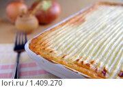 Традиционный английский охотничий пирог - запеканка с мясом и картофелем. Стоковое фото, фотограф Татьяна Емшанова / Фотобанк Лори