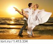 Купить «Счастливая пара танцует на берегу моря», фото № 1413334, снято 31 мая 2008 г. (c) Andrejs Pidjass / Фотобанк Лори