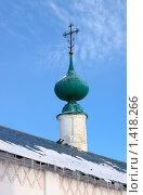 Купол церкви Покровского женского монастыря в Суздале зимой на фоне голубого неба. Стоковое фото, фотограф Инна Додица / Фотобанк Лори