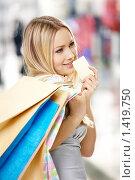 Купить «Блондинка с кредитной картой», фото № 1419750, снято 29 декабря 2009 г. (c) Raev Denis / Фотобанк Лори