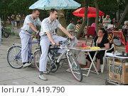 Купить «Украинская милиция на велосипедах  разговаривает с уличным продавцом», эксклюзивное фото № 1419790, снято 20 июня 2007 г. (c) Вячеслав Палес / Фотобанк Лори