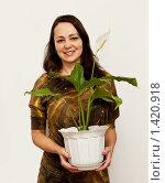 Купить «Женщина с  цветком, который распускается в январе», фото № 1420918, снято 25 января 2010 г. (c) Игнатьев Михаил / Фотобанк Лори