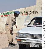 Купить «Полицейский контроль на дороге в Харгейсу», фото № 1421370, снято 9 января 2010 г. (c) Free Wind / Фотобанк Лори