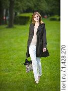Купить «Девушка гуляет по траве», фото № 1428270, снято 20 мая 2009 г. (c) Фурсов Алексей / Фотобанк Лори