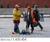 Купить «Дворники на Красной площади», эксклюзивное фото № 1430454, снято 17 мая 2008 г. (c) lana1501 / Фотобанк Лори