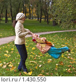 Мама крутит дочку осенью в парке. Стоковое фото, фотограф Матвеева Наталья / Фотобанк Лори