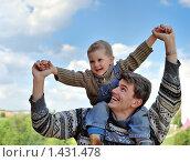 Купить «Сын сидит на плечах у папы», фото № 1431478, снято 24 мая 2009 г. (c) Дмитрий Калиновский / Фотобанк Лори