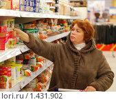 Купить «Женщина средних лет выбирает продукты в супермаркете», эксклюзивное фото № 1431902, снято 31 января 2010 г. (c) Юрий Морозов / Фотобанк Лори
