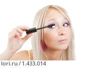 Купить «Блондинка красит ресницы», фото № 1433014, снято 13 октября 2009 г. (c) Яков Филимонов / Фотобанк Лори