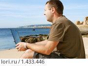 Купить «Мужчина, работающий на ноутбуке на пляже», фото № 1433446, снято 21 сентября 2009 г. (c) Дмитрий Яковлев / Фотобанк Лори