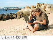 Купить «Мужчина и девушка, работающие на ноутбуке на пляже», фото № 1433890, снято 21 сентября 2009 г. (c) Дмитрий Яковлев / Фотобанк Лори