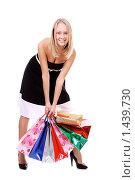 Купить «Шопинг - красивая молодая девушка с покупками в руках», фото № 1439730, снято 6 декабря 2009 г. (c) Андрей Аркуша / Фотобанк Лори