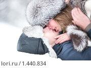Купить «Поцелуй молодой влюбленной пары зимой», фото № 1440834, снято 20 декабря 2009 г. (c) chaoss / Фотобанк Лори