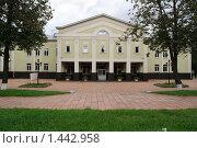 Купить «Центральный вход в Государственный дом-музей П.И. Чайковского», фото № 1442958, снято 2 сентября 2008 г. (c) Вячеслав Палес / Фотобанк Лори