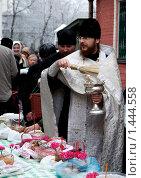 Купить «Священник освящает пасхальные куличи», фото № 1444558, снято 6 апреля 2007 г. (c) Владимир Фаевцов / Фотобанк Лори