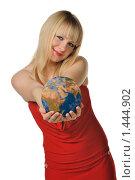 Купить «Молодая блондинка держит в руках глобус», фото № 1444902, снято 24 января 2010 г. (c) Сергей Галушко / Фотобанк Лори