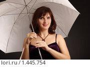Купить «Девушка с белым зонтиком», фото № 1445754, снято 4 декабря 2009 г. (c) Наталия Ефимова / Фотобанк Лори