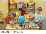 Купить «Дети рассматривают глобус», эксклюзивное фото № 1446242, снято 10 ноября 2009 г. (c) Вячеслав Палес / Фотобанк Лори