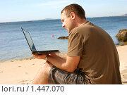 Купить «Мужчина, работающий на ноутбуке на пляже», фото № 1447070, снято 21 сентября 2009 г. (c) Дмитрий Яковлев / Фотобанк Лори