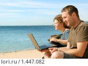 Купить «Мужчина и девушка, работающие на ноутбуке на пляже», фото № 1447082, снято 21 сентября 2009 г. (c) Дмитрий Яковлев / Фотобанк Лори