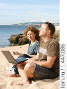 Купить «Мужчина и девушка, работающие на ноутбуке на пляже», фото № 1447086, снято 21 сентября 2009 г. (c) Дмитрий Яковлев / Фотобанк Лори
