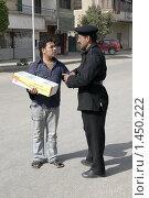 Купить «Египетский полицейский и торговец», фото № 1450222, снято 22 марта 2009 г. (c) АЛЕКСАНДР МИХЕИЧЕВ / Фотобанк Лори