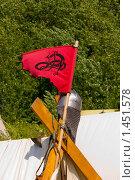Рыцарский шлем и флаг (2009 год). Редакционное фото, фотограф gooclia / Фотобанк Лори