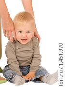 Купить «Ребенок на белом фоне», фото № 1451970, снято 30 августа 2008 г. (c) Валентин Мосичев / Фотобанк Лори