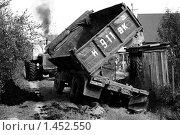 Грузовик в канаве (2008 год). Редакционное фото, фотограф Владимир Васильев / Фотобанк Лори