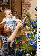 Купить «Мама с дочкой наряжают елку», фото № 1452902, снято 13 января 2010 г. (c) Ермилова Арина / Фотобанк Лори
