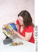 Купить «Женщина насыпает грунт для рассады», фото № 1456098, снято 6 февраля 2010 г. (c) Евгений Батраков / Фотобанк Лори