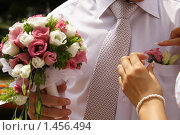 Невеста поправляет бутоньерку. Стоковое фото, фотограф Лизунова Анастасия / Фотобанк Лори