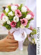 Руки жениха и невесты с кольцами, держащие букет. Стоковое фото, фотограф Лизунова Анастасия / Фотобанк Лори