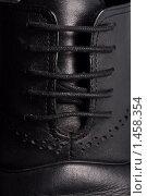 Шнурки на черном ботинке. Стоковое фото, фотограф Суров Антон / Фотобанк Лори
