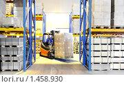 Купить «Вилочный погрузчик на складе», фото № 1458930, снято 3 февраля 2010 г. (c) Дмитрий Калиновский / Фотобанк Лори