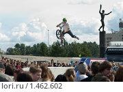 Купить «Прыжок на BMX велосипеде на соревнованиях в Санкт-Петербурге», фото № 1462602, снято 15 августа 2009 г. (c) Кекяляйнен Андрей / Фотобанк Лори