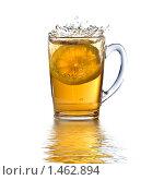 Купить «Чашка чая с лимоном и брызгами», фото № 1462894, снято 14 ноября 2008 г. (c) Ярослав Данильченко / Фотобанк Лори
