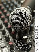 Микрофон на микшерном пульте. Стоковое фото, фотограф Евгений Курлыкин / Фотобанк Лори
