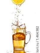 Купить «Свежий лимонный сок и чашка чая на белом фоне», фото № 1464982, снято 14 ноября 2008 г. (c) Ярослав Данильченко / Фотобанк Лори