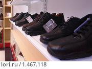 Купить «Обувь в магазине», фото № 1467118, снято 28 сентября 2007 г. (c) Николай Богоявленский / Фотобанк Лори