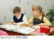 Купить «Мальчик и девочка проверяют написанное», эксклюзивное фото № 1470586, снято 16 марта 2009 г. (c) Вячеслав Палес / Фотобанк Лори