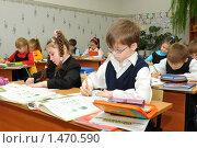 Купить «Первоклассники пишут на уроке», эксклюзивное фото № 1470590, снято 16 марта 2009 г. (c) Вячеслав Палес / Фотобанк Лори