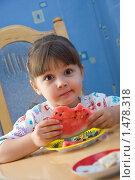 Удивленная девочка с арбузом. Стоковое фото, фотограф Сорокина Юлия / Фотобанк Лори